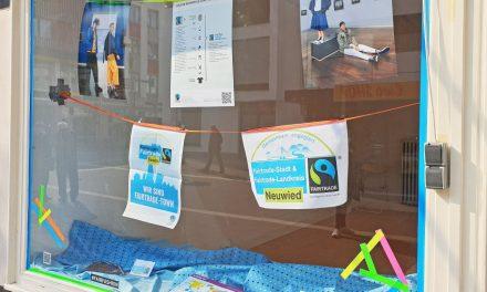 Schaufenster informiert über fair gehandelte Kleidung