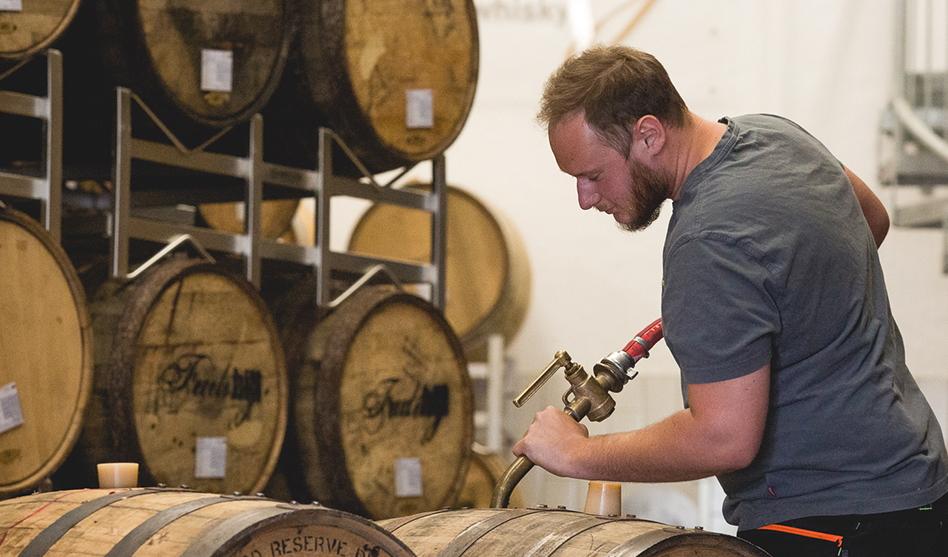 Zur Arbeit in einer Destillerie gehört die Fähigkeit, Geduld zu bewahren.